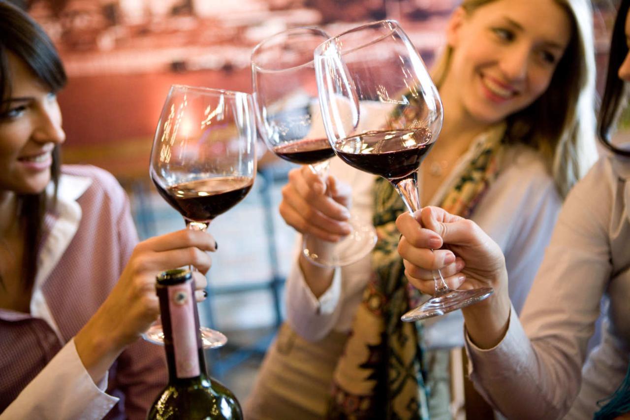 Смайлики, картинка с вином и бокалами за столом