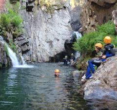 Private Tour de Canyoning no rio de Frades (parte inferior) :: at Frades River (lower section)