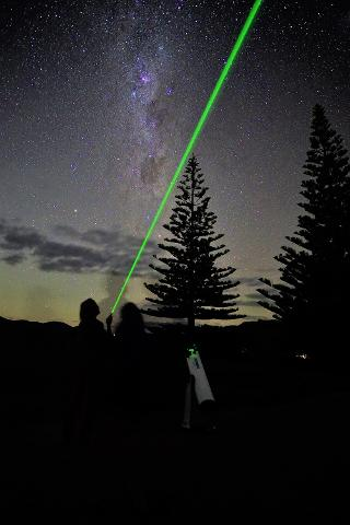 Pointing_past_the_Milky_Way___Hilde_HOven_webrez