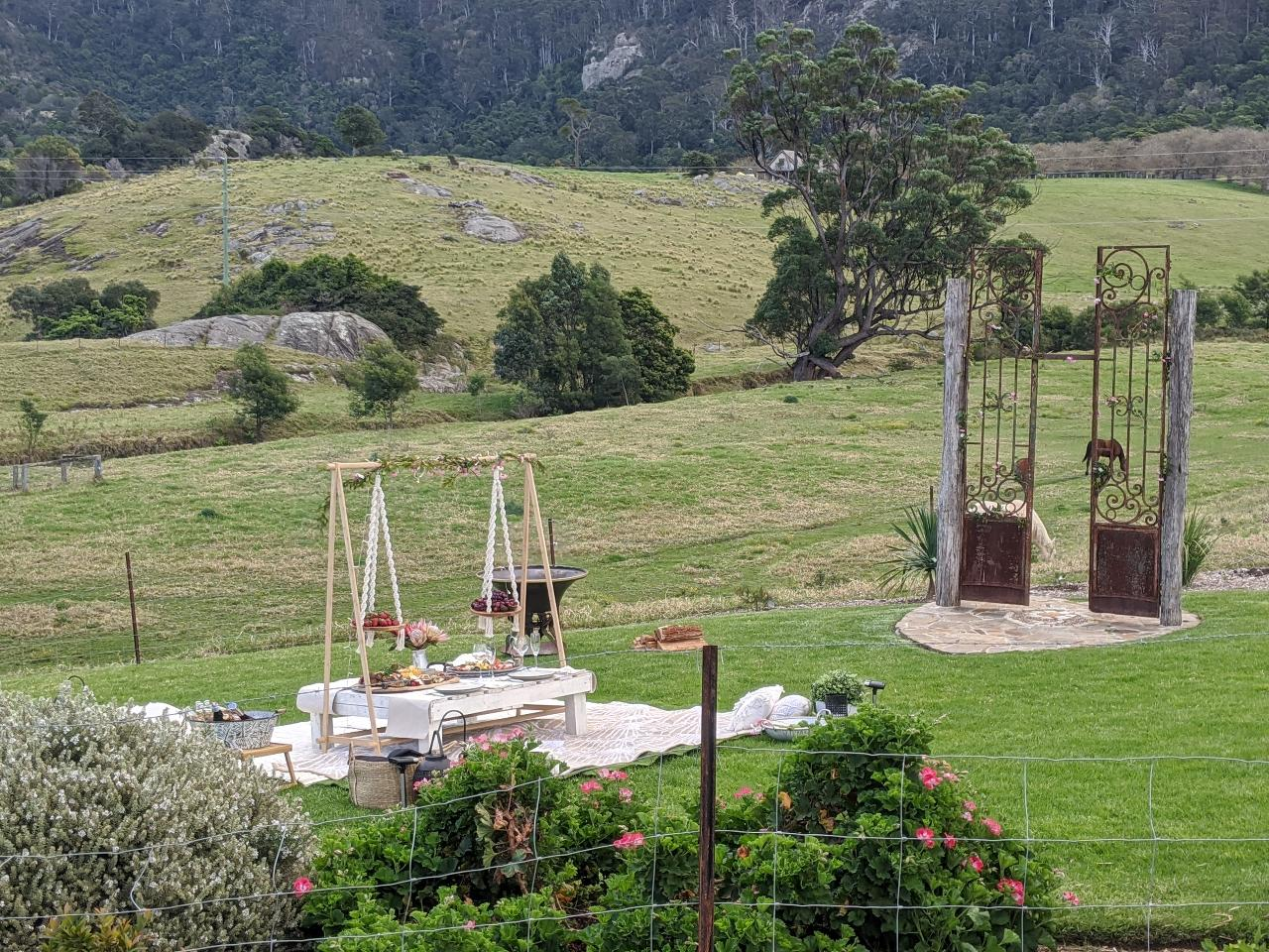 POP UP OUTDOOR DINING EXPERIENCE - MOUNTAIN VIEW FARM HONEYMOON ENGAGEMENT WEDDING COUPLES PICNIC - Perfect for special occasions.