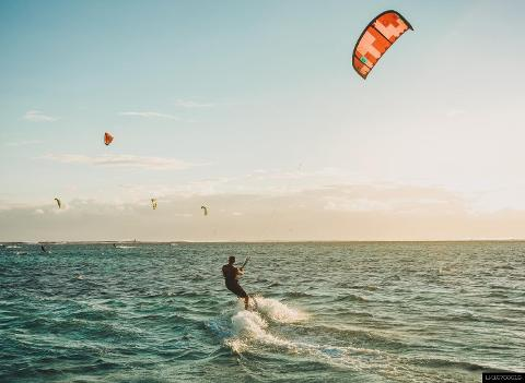 Kitesurfing in Kalpitiya  (9 hour Beginner Course)