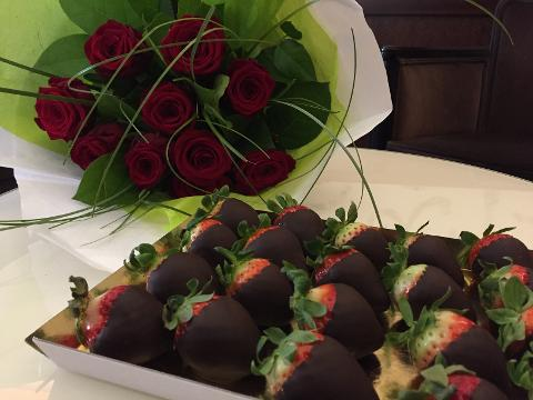 STRAWBERRIES COATED WITH CHOCOLATE AND ROSES