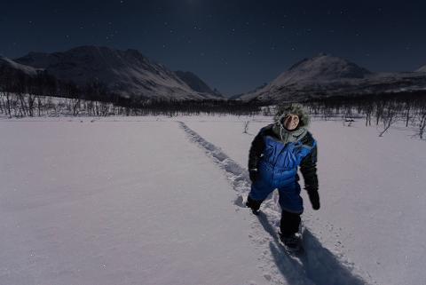 https://img.rezdy.com/PRODUCT_IMAGE/176932/Night_snowshoeing_tromso_med.jpg