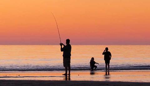 beach_fishing_man_kids