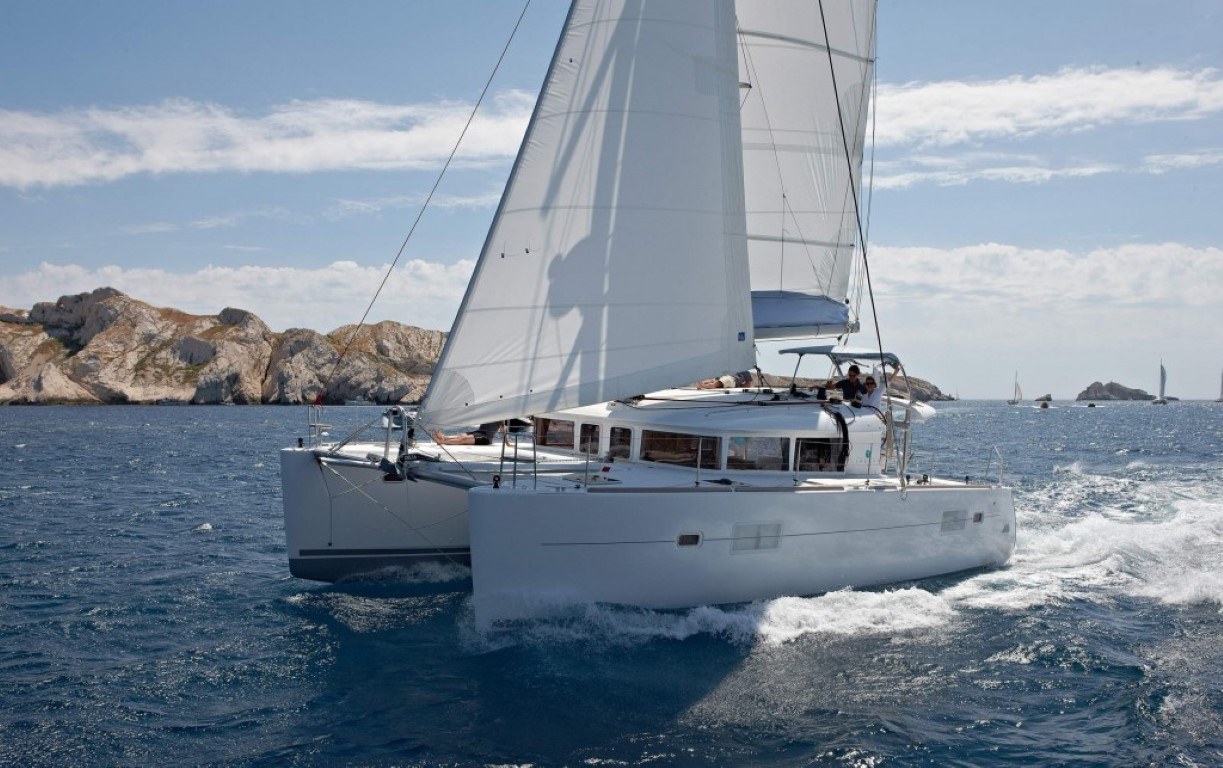 Private Tour: Full-Day Santorini Caldera Cruise with Luxury Catamaran