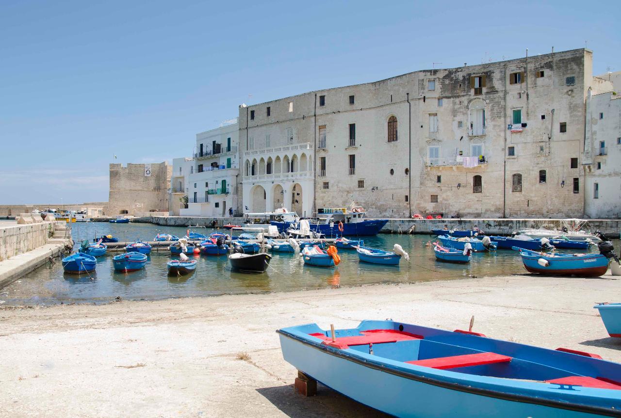 Monopoli, uno scrigno sul mare / A gem by the sea