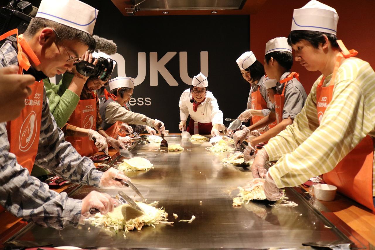 【OKOSTA】Hiroshima No.1 food!! Okonomiyaki-cooking experience./広島を代表するグルメお好み焼き作り体験!