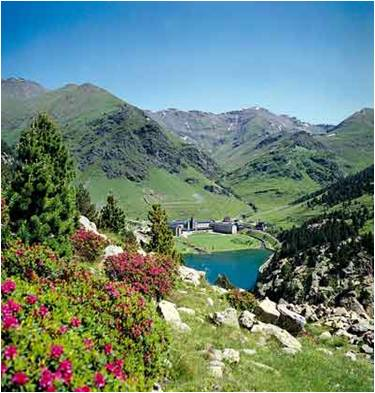 Pyrenees Hiking Day Tour in Val de Nuria
