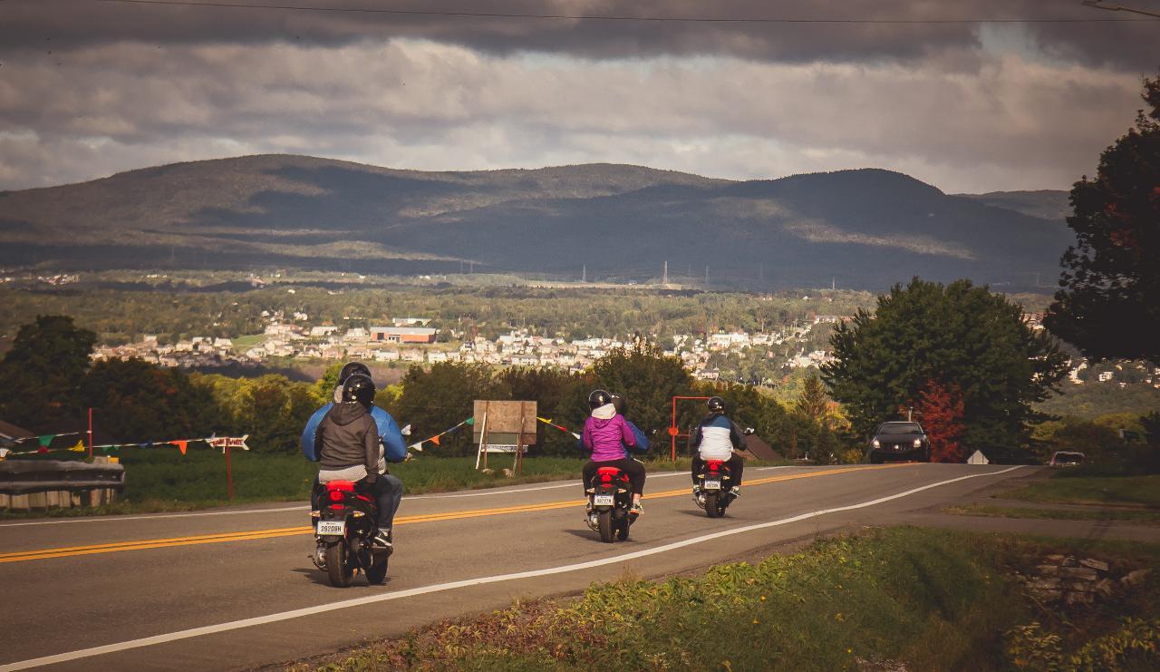 Sentez la liberté en roulant et suivez votre guide en scooter // Feel Free Riding a Scooter and Follow Your Guide