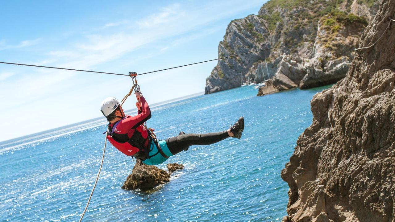 Aventura em Coasteering no Parque Natural da Arrábida